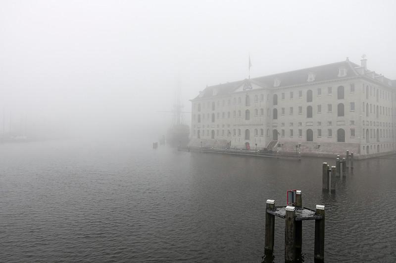 Nederland, Amsterdam,paar weken geleden want ben even hard bezig met archief, , Het Scheepvaartmuseum in de mist,  foto: Katrien Mulder