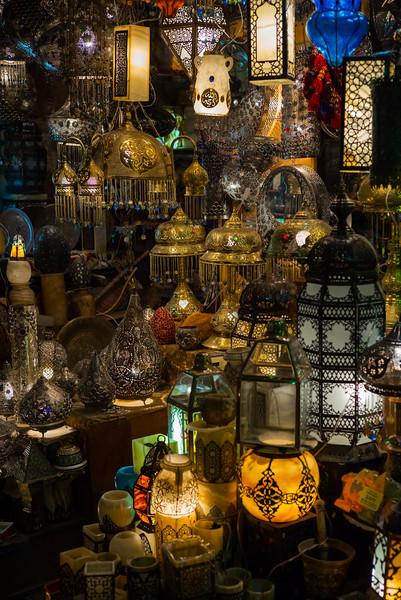 26 de Febrero de 2015 - Tienda de lámparas. Zoco de Jan el-Jalili (en árabe, خان الخليلي) Cairo. Egipto