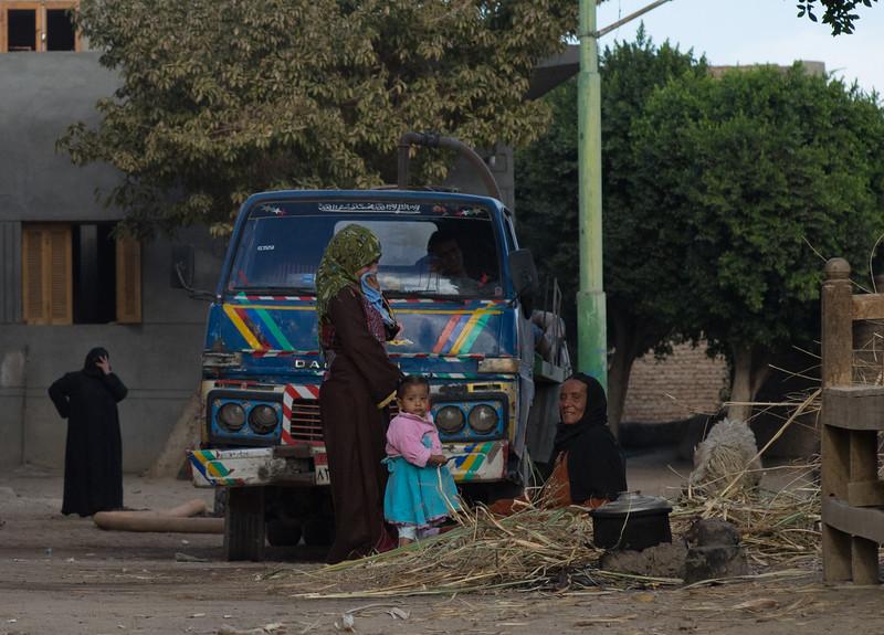 22 de Mayo de 2015 - Mujeres en la plaza. Luxor. Egipto