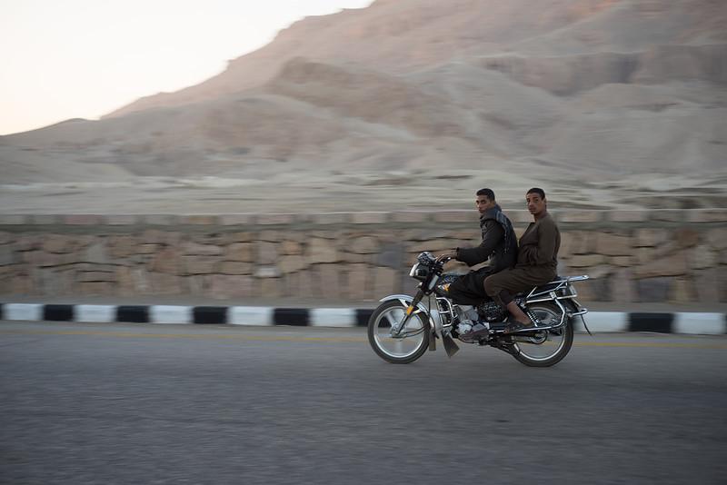 22 de Febrero - Jóvenes egipcios volviendo del Valle de los Reyes en Luxor. Egipto