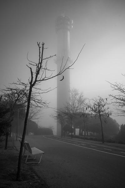 Torre en la niebla