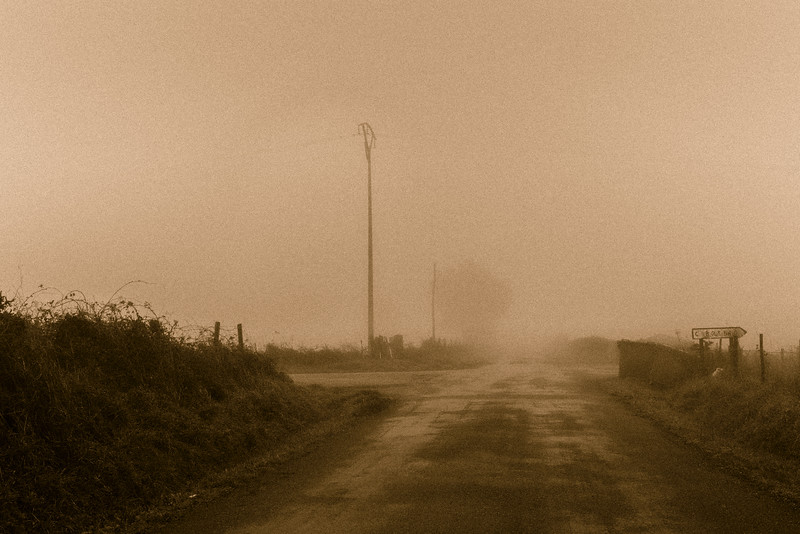 Camino de Santiago Cruce en la niebla. Sobrado dos Monxes