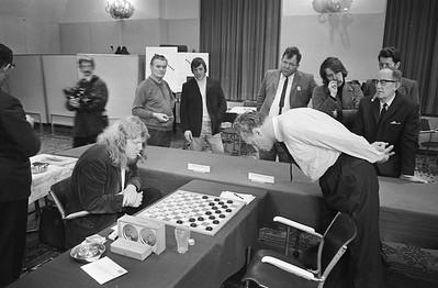 Sijbrands (links) tegen Andreiko; Koeperman kijkt voorovergebogen toe