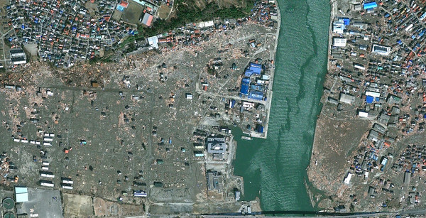 Minamihanmacho and Kadonowakicho wards of Ishinomaki after the tsunami on March 19th, 2011 (credits Google Maps)