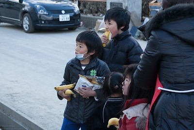 The expression on the face of these children  holding tightly to what they received at the distribution is talking for itself. Who would have thought that in a developed country like Japan people could come to really on improvised handouts?