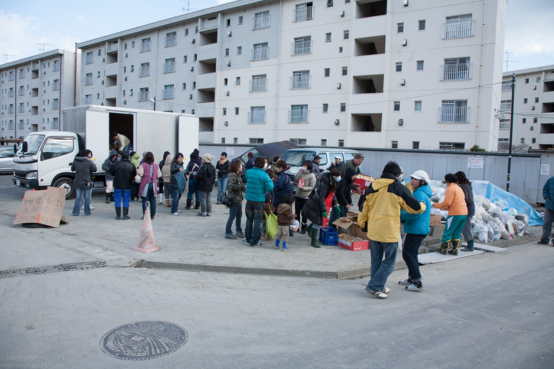 People visiting the improvised distribution of food.