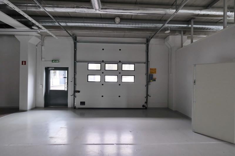 varasto 102 (näyttelytila) nosto-ovi (36 x 36) ja käyntiovi ulos