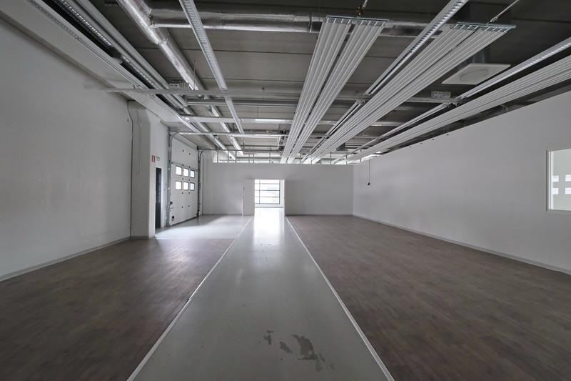 varasto 102 (n. 360 m2) toimiston alakerrassa maantasossa: nosto-ovi ulos - soveltuu näyttelytilaksi