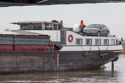 De Nautilus stopt voor de brug en constateert dat er niet voldoende ruimte is. Het hefgedeelte is echter buiten gebruik totdat de schade is vastgesteld.