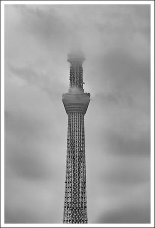 Unfortunately the day was a bit drizzly and most of the time the top of the Sky Tree was hidden in the clouds.