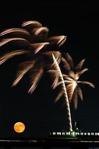 Rising moon and Tamagawa fireworks.