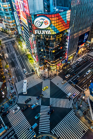 View of the intersection crossing at Ginza from above.