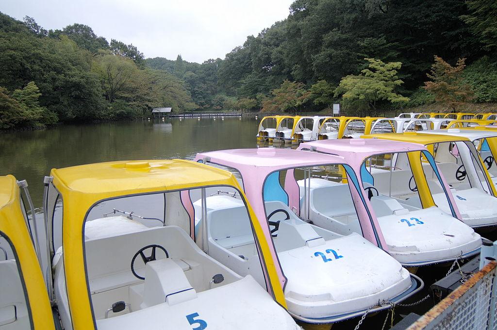 Colorful boats at Kodomo no Kuni, Nesnad / Wikimedia Commons