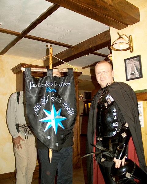 Hobbiton 2004 (?) Lo stendardo Proudneck sorretto dall'alfiere e referente. Ignoriamo sia lord Casconero (visibile a destra) e (probabilmente) il grande capo(stazione) Ghan Buri Ghan imboscato alle spalle dell'alfiere