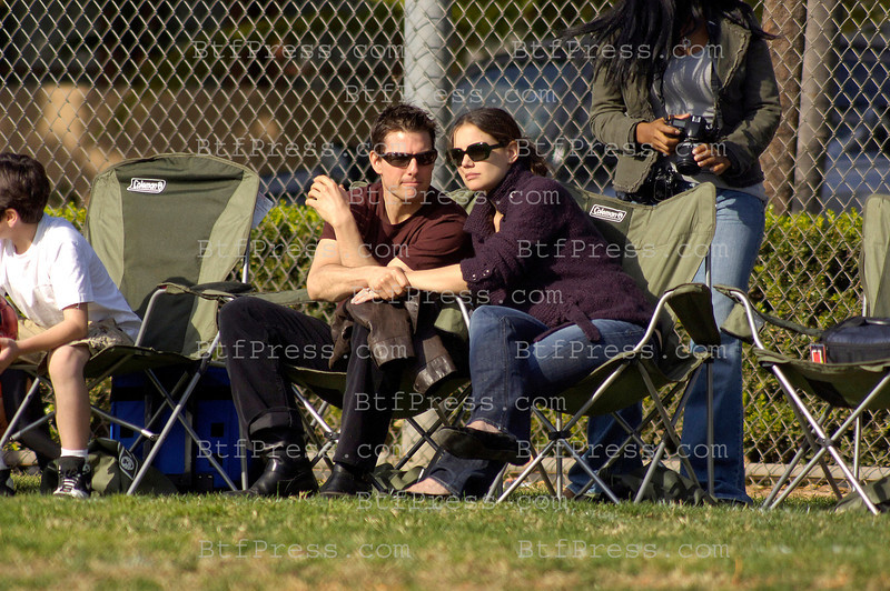 TOM CRUISE AND KATIE HOLMES AT DAUGHTER'S FINAL SOCCER MATCH OF SEASON.