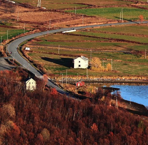 Bjørkli gård m huset te Anna og Kresten på andre sia av elva.