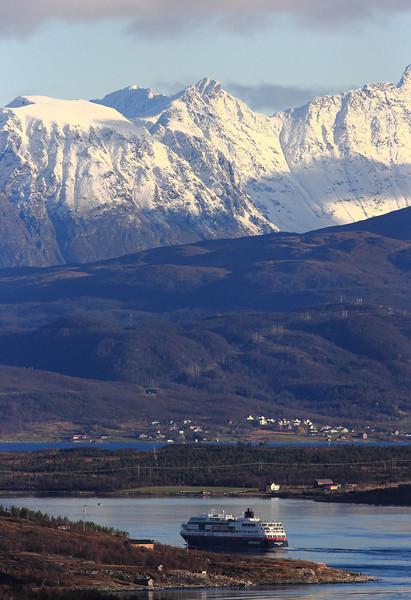 Snart i Tromsø. Hurtigruta Midnattsol på veg gjennom Rystraumen. Hella til venstre.