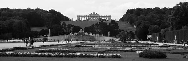Um 1779 wurde der Schlosspark Schönbrunn der Öffentlichkeit zugänglich gemacht und ist seither beliebtes Erholungsgebiet für die Wiener Bevölkerung. Der Schlosspark mit dem Schloss Schönbrunn wurde 1996 in das Verzeichnis des Welterbes der UNESCO aufgenommen.