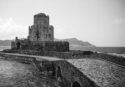 Die Festung in Methoni (Peloponnes, Griechenland) wurde im späten 15. Jahrhundert erbaut. Es wurde als Stabswache, Leuchtturm, Gefängnis und Zuflucht in Zeiten der Belagerung benutzt. Eine Steinbrücke verbindet Mpourtzi mit dem Tor der Festungsmauer von Methoni.