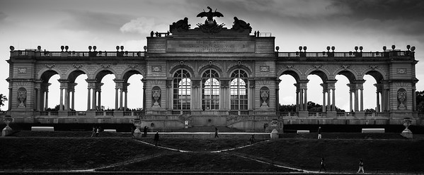 Die Gloriette im Schlosspark Schönbrunn (Wien) wurde 1775 errichtet. Sie stellt der Hauptblickfang des Gartens und Aussichtspunkt über denselben dar.