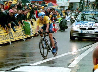 Stage 19 - Pornic to Nantes TT - Lance Armstrong gently negotiates the final turn