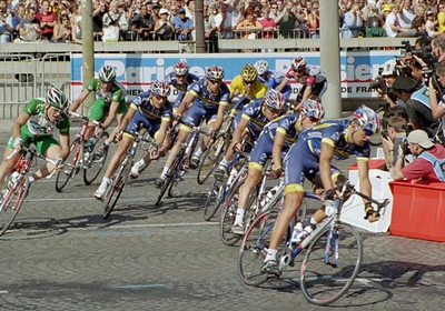 Stage 20 - Champs-Elysees Paris - Lance Armstrong surrounded by his team