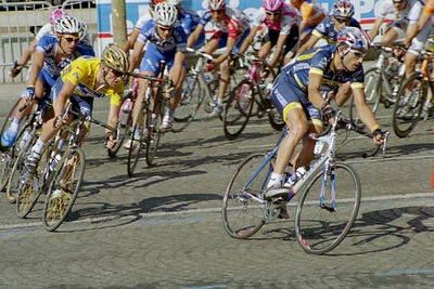 Stage 20 - Champs-Elysees Paris - George Hincapie pulls Lance Armstrong through the turn