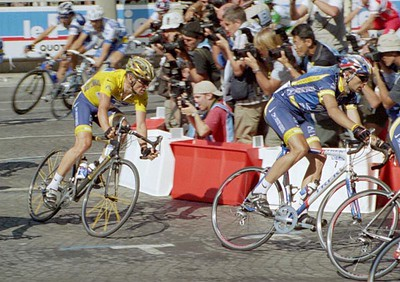 Stage 20 - Champs-Elysees Paris - Benjamin Noval leads Lance Armstrong