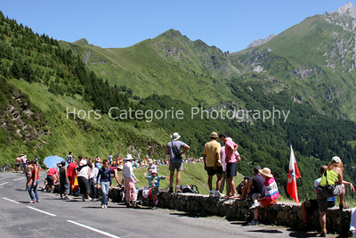 9036 Waiting for the riders on the Col d'Aubisque