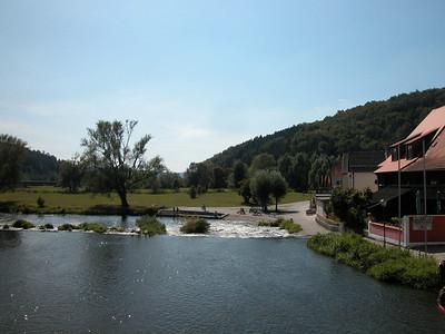 Blicke von der Brücke in Kallmünz, der Perle der Oberpfalz, auf die Naab. Kallmünz ist einen eigenen Besuch wert.