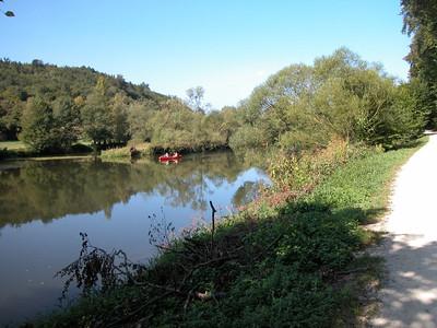 Über weite Strecken fährt man unmittelbar am Fluß entlang - und ganz ohne Autos - wunderschön.