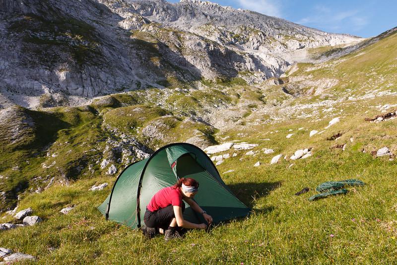Irene beim Zelt Aufbauen im Ochsenreitkar (1850m)