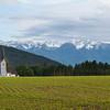 Die Berge sind Anfang Juni bis unter die Baumgrenze mit Schnee bedeckt