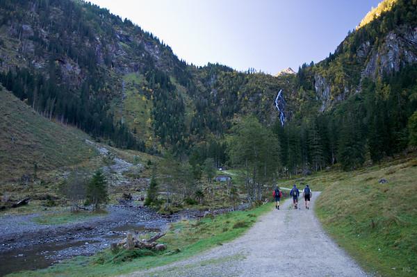 rechts neben dem Wasserfall geht's über Steinstufen bergauf