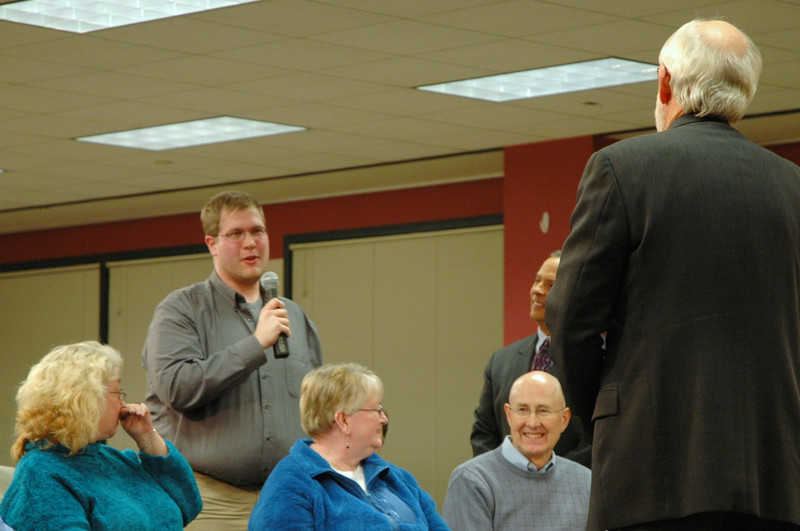 An ELCA member asks Bishop Hanson a question.