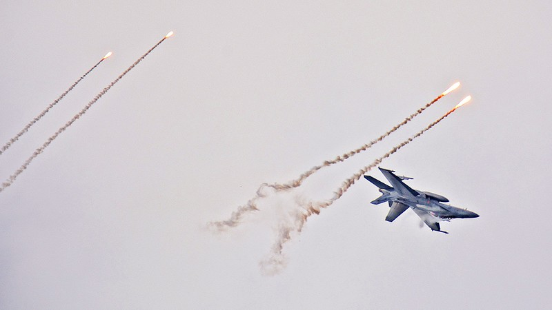 """""""How an F/A-18F Super Hornet evades incoming from above"""""""