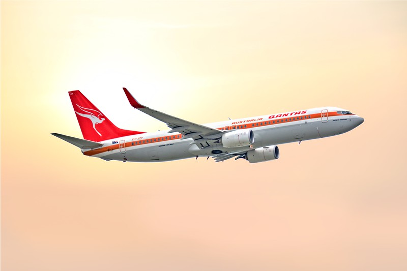 Qantas 737 - 800 in old livery.