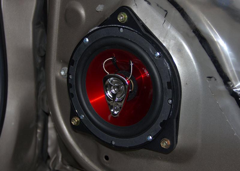 "Aftermarket speaker and speaker adaptor ring   from  <a href=""http://www.car-speaker-adapters.com/items.php?id=SAK019""> Car-Speaker-Adapters.com</a>   installed on door"