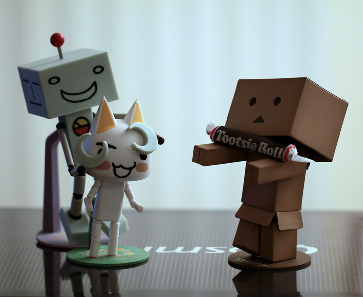 Day 129 - Suzuki and Danboard try to surprise Toro with his birthday present! May 6 was Toro's birthday but we celebrated it today with Jasper's.  #365Project (2010.05.09) 100.0mm f/2.8 1/13s ISO:400 @sharkbayte
