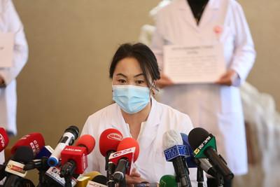 2021 оны гуравдугаар сарын 30. Дэлхийн эмч нарын баярын энэ өдөр ЭМАҮЭХ-ноос цар тахалд ажиллсан ч цалин хөлсөө авч чадаагүй эмч нар мэдээлэл хийлээ. ГЭРЭЛ ЗУРГИЙГ Г.САНЖААНОРОВ/MPA