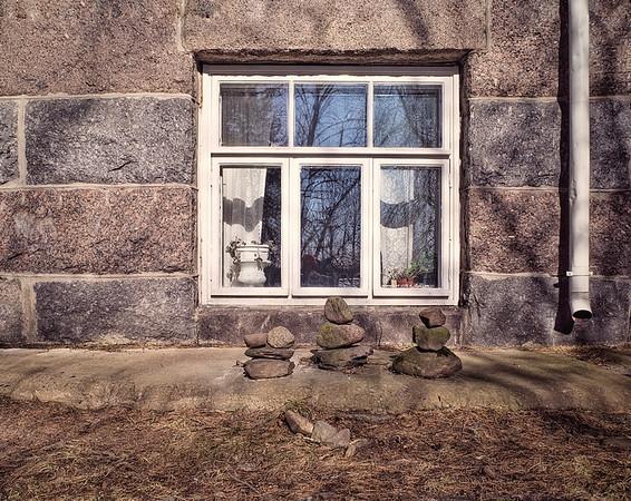 Ikkuna Ja Kivet