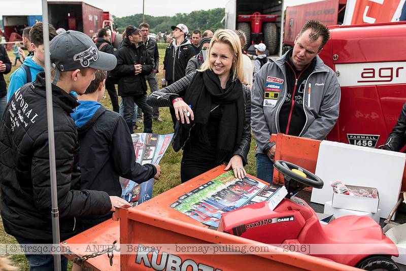 F20160604a124213_0795-Manon Kools signant autographes
