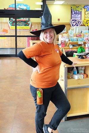 Annie Halloween 2018 Store 680