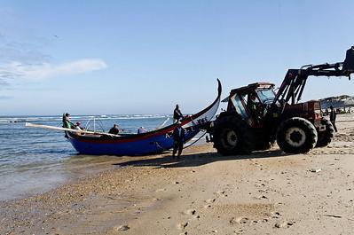 Arte Xavega 6. puxar o barco para a praia