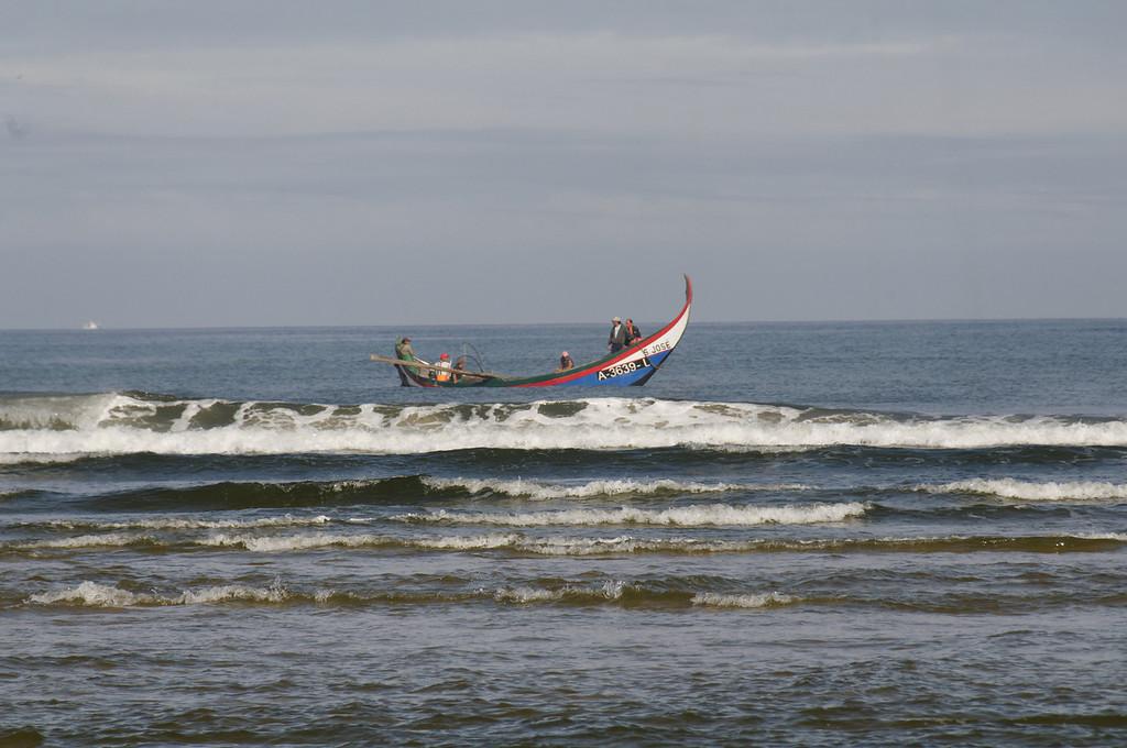 Arte Xavega<br /> 4. entrar pelo mar dentro para lançar as redes