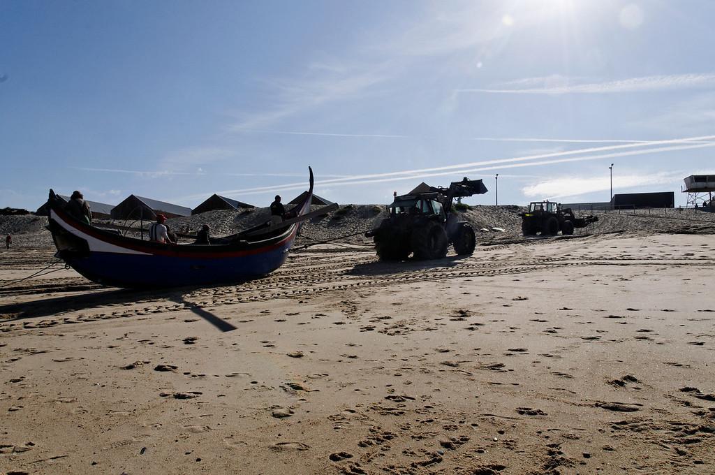 Arte Xavega<br /> 6. puxar o barco para a praia