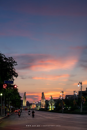 Democracy Monument, Ratchadamnern Avenue