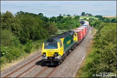70008 passes Holmes House Farm, Bishops Itchington whilst working 4O54 0612 Leeds FLT-Southampton MCT on 18/06/2015.