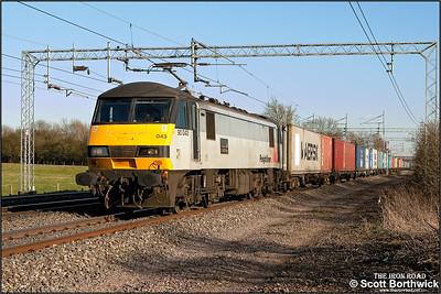 90043 'Freightliner Coatbridge' passes Cathiron running 75 minutes late with 4M87 1141 Felixstowe North FLT-Trafford Park on 05/04/2006.