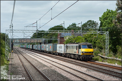 90043 passes Cathiron whilst working 4L90 1230 Crewe Basford Hall SSM-Felixstowe South FLT on 18/06/2015.